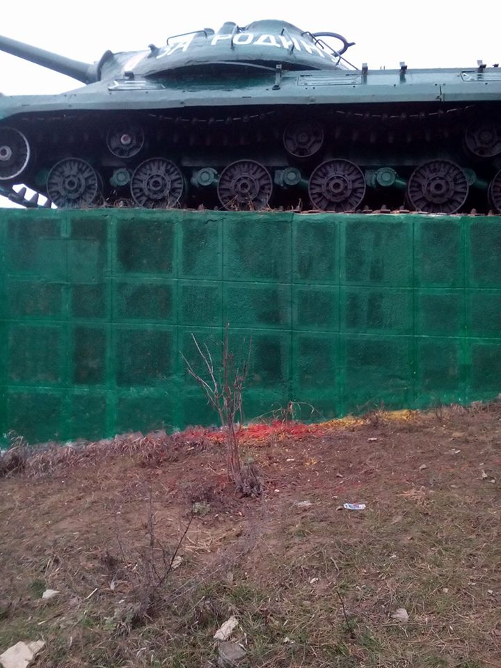 Социалисты отмыли выкрашенный вандалами танк и обратились по этому поводу в полицию