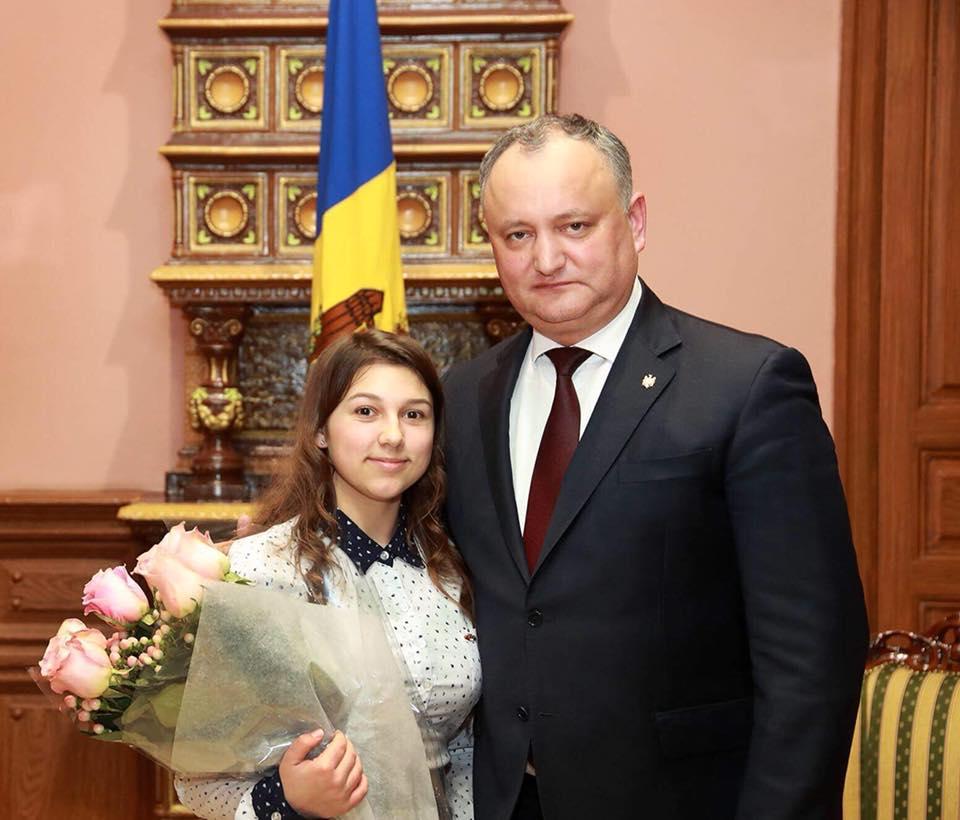 Президент исполнил самое заветное желание воспитанницы молдавского интерната, встретившись с ней в ее день рождения (ФОТО)