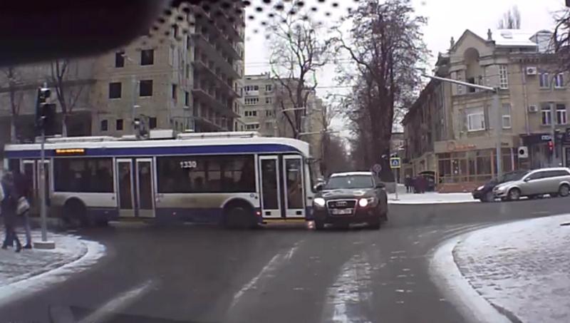 Опубликовано видео столкновения троллейбуса с автомобилем в столице