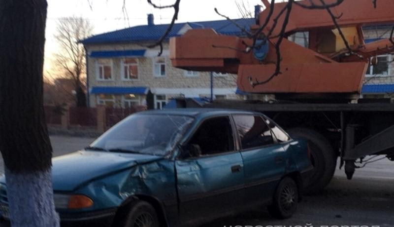 В Комрате легковой автомобиль столкнулся с автокраном