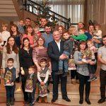 Президент вручил новогодние подарки пришедшим с колядками детям с нарушениями слуха (ФОТО)