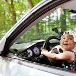 В столице автоледи ехала на высокой скорости, держа ребенка на руках (ВИДЕО)