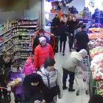 На Чеканах женщина с маленьким ребенком украла в магазине кошелек с 10 тысячами леев (ВИДЕО)