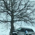 Люксовый автомобиль влетел в дерево в Теленештах