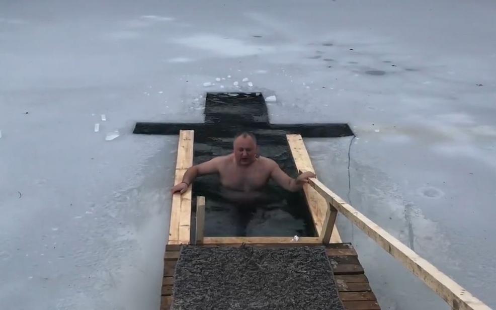 Игорь Додон окунулся в прорубь на Крещение (ВИДЕО)