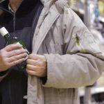 """В Приднестровье предприимчивый кавалер """"прихватил"""" из магазина бутылку вина, чтобы угостить свою возлюбленную"""