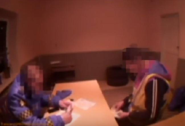 Пойманный без прав водитель был снят на видео в момент дачи взятки