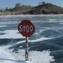 Пошли кататься на санках: дедушка и внук провалились под лёд и утонули