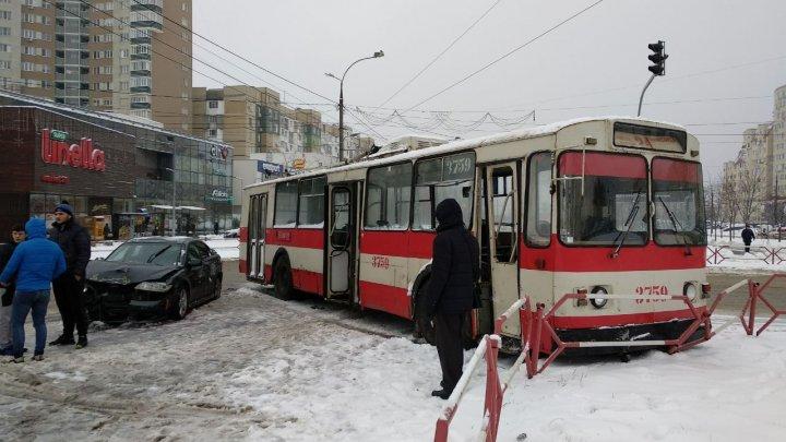 В Кишиневе снег идет не только на улице, но и в троллейбусах (ВИДЕО)
