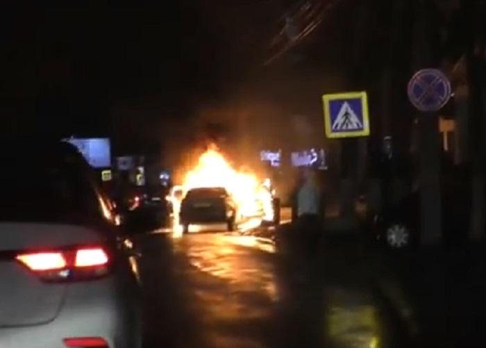 В центре Кишинева дотла сгорел автомобиль (ВИДЕО)