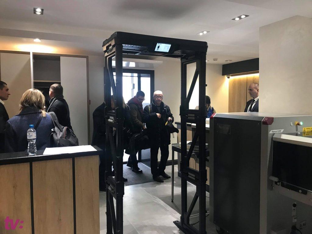 """Аэропорт или """"белый дом""""? Меры безопасности в новом офисе ДПМ изумили журналистов (ФОТО, ВИДЕО)"""