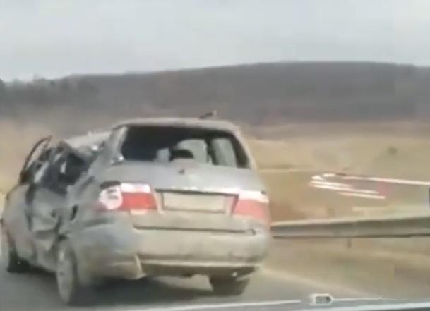 Вдребезги разбитый, но едущий автомобиль запечатлели на трассе Кишинев-Леушены (ВИДЕО)