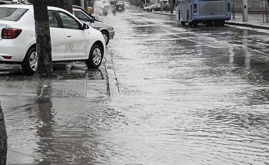 Непогода превратила дороги Кишинева в реки, а национальные трассы – в лыжню (ФОТО)