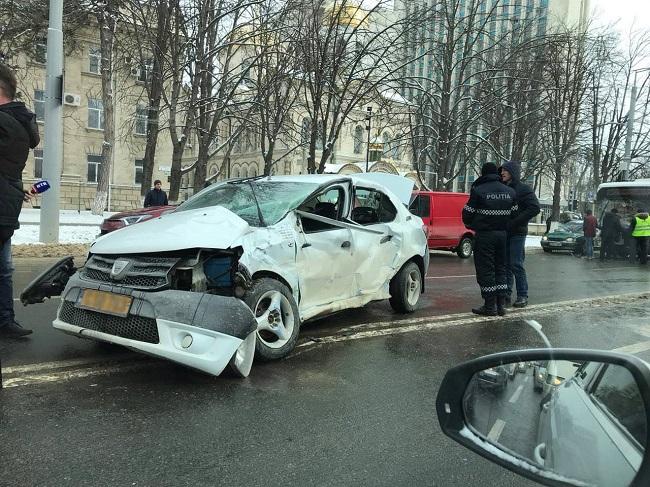 В центре Кишинева столкнулись такси и троллейбус (ФОТО)
