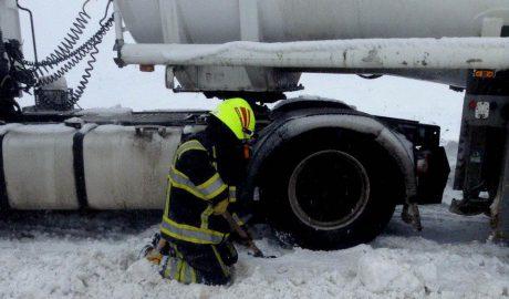 Спасатели вызволили из снежного плена около 60 транспортных средств (ВИДЕО)