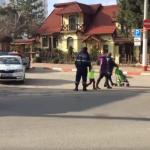 """Верх безответственности: полицейским пришлось убеждать двух женщин с детьми перейти дорогу на """"зебре"""" (ВИДЕО)"""