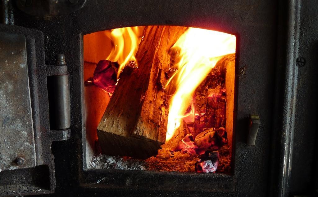 Ребенок получил ожоги руки при попытке самостоятельно разжечь печь