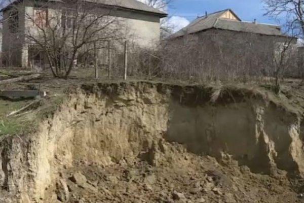 Оползни в Леова грозят обрушением нескольким домам