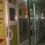 Вор-неудачник пытался ограбить мастерскую, но оступился и угодил в витрину магазина (ВИДЕО)