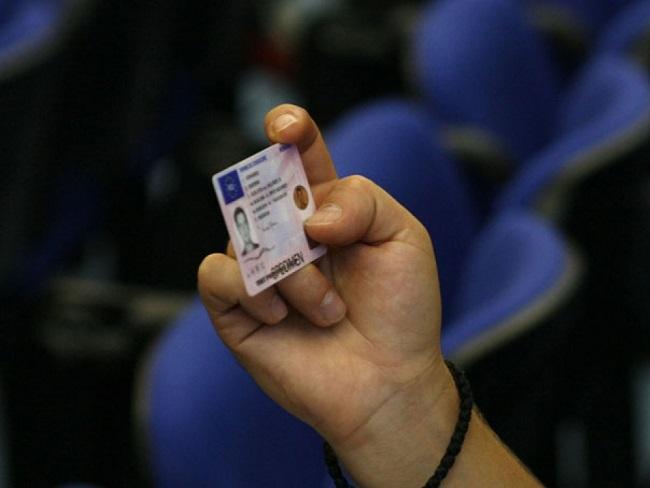 Сотрудники НАЦ вновь задержали взяточника, выдавшего водительское удостоверение за 800 евро