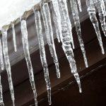Сосульки, тонкий лед, оборванные провода: чего следует опасаться жителям страны