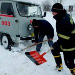 """Ситуация в стране: в снегу застряли 3 """"скорые помощи"""", школьный автобус, 5 грузовиков и 2 автомобиля"""
