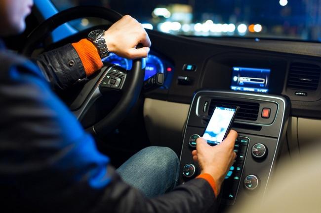 Смотрящего новости за рулем водителя такси сняли на видео