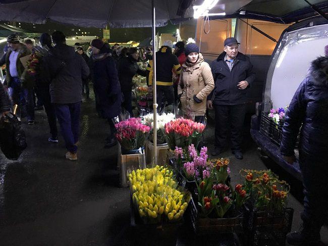 """Мужчины """"штурмуют"""" столичный цветочный рынок в преддверии 8 Марта (ФОТО)"""