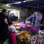 Накануне 8 Марта мужчины штурмовали оптовый цветочный рынок (ВИДЕО)