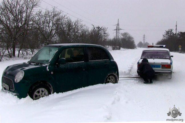 От Mini Cooper до грузовика: рыбницкая ГАИ за сутки спасла более 10 автовладельцев (ФОТО)