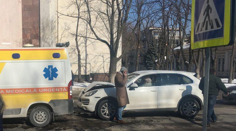 """В Кишиневе Porsche столкнулся со """"скорой помощью"""" (ВИДЕО)"""