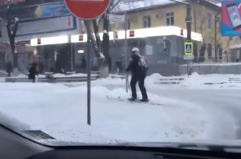На лыжах в марте по столице: необычного пешехода заметили в Кишиневе (ВИДЕО)