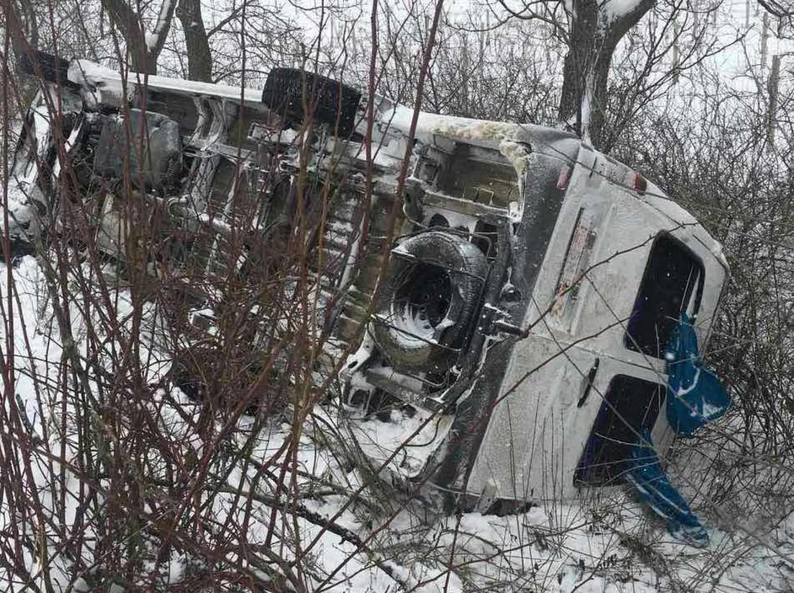 Пассажирский микроавтобус перевернулся на трассе: 5 человек пострадали (ФОТО)