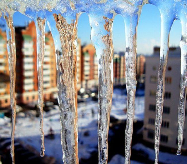 Острая тема: гигантские сосульки угрожают кишинёвцам (ФОТО)