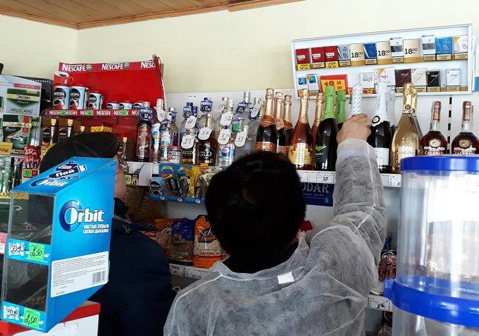 Сомнительный и просроченный алкоголь обнаружили в торговых точках двух районов