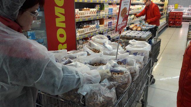 """В столичных магазинах известной сети сотрудники НАБПП нашли целый """"букет"""" нарушений (ФОТО)"""