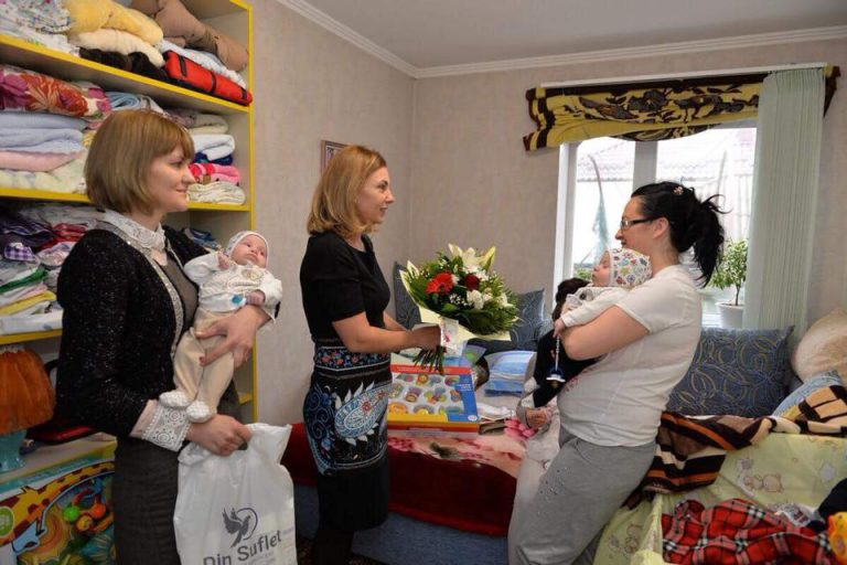 Prima Doamnă, în vizită la o familie cu tripleți din Capitală