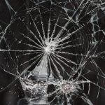 Бендерчанин перебил стекла бывшей сожительницы лопатой и едва не вынес дверь