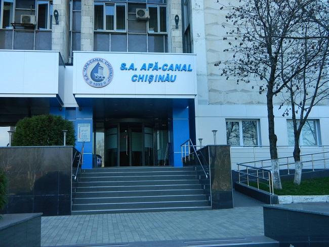 """На столичной улице вода бьёт ручьём, а Apă-Canal """"вне зоны доступа"""" (ВИДЕО)"""