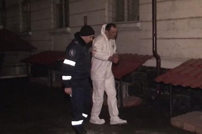 """Пьяный кишиневец оголил свои """"прелести"""" перед полицейским участком в знак протеста (ВИДЕО)"""