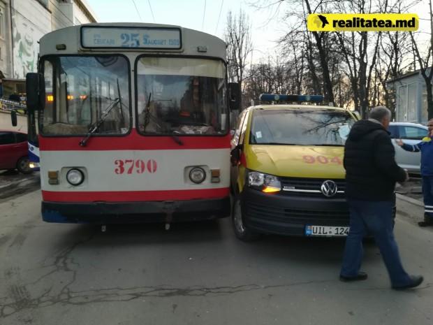 ДТП в столице: троллейбус столкнулся с микроавтобусом службы 904 (ВИДЕО, ФОТО)