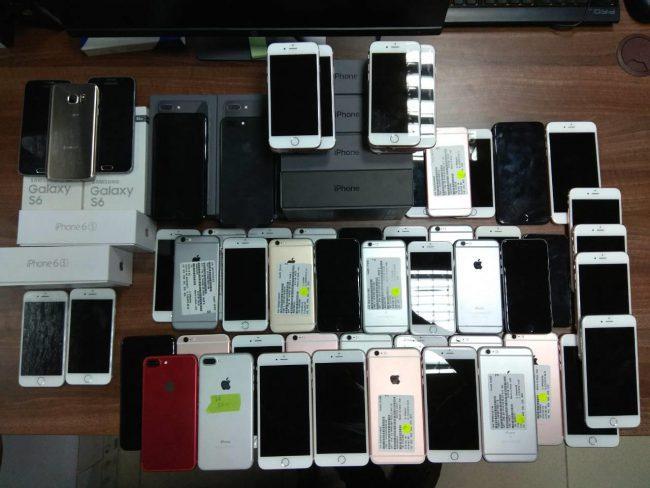 Летевший из Чикаго молдаванин прихватил с собой 66 б/у смартфонов (ФОТО)