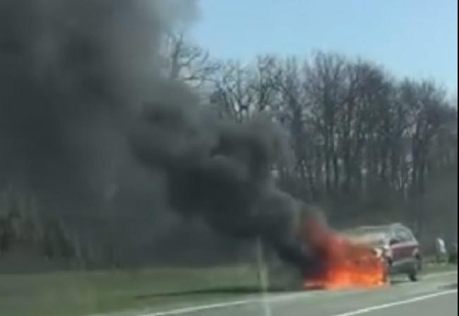 На трассе Кишинёв-Леушаны загорелся автомобиль (ВИДЕО)