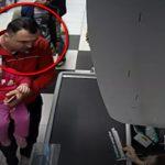 Мужчина с ребёнком на руках присвоил телефон, забытый покупательницей (ВИДЕО)