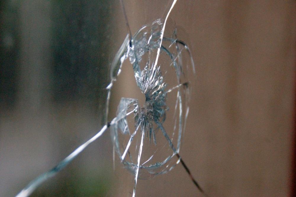 Жительница столицы утром обнаружила дырку от пули в стекле балкона