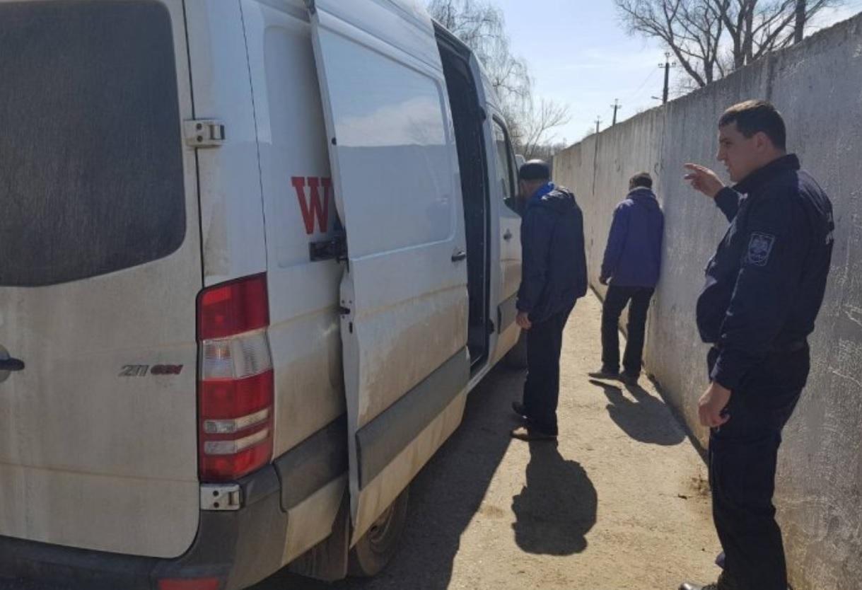 Молдаванин пытался ввезти в страну полтонны подозрительного алкоголя (ФОТО)