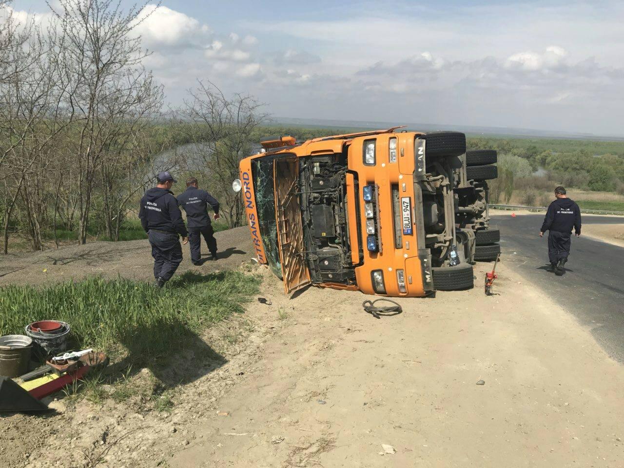 В Кагульском районе перевернулся грузовик (ФОТО)