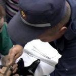 Спасателям пришлось извлекать застрявшие в металле пальцы двух детей (ВИДЕО)
