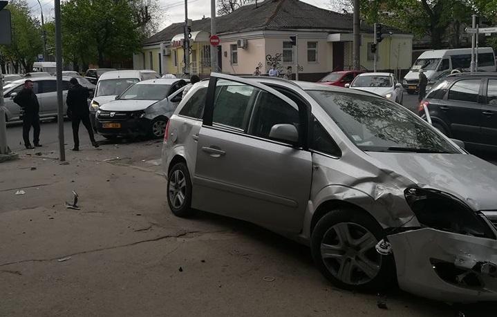 В центре Кишинева столкнулись три машины, в том числе такси