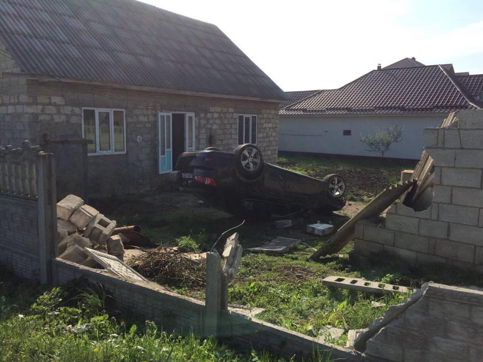 В Унгенском районе Lexus влетел во двор дома, перевернувшись и снеся забор (ФОТО)